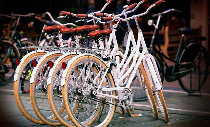 Weiße Fahrräder in Reihe gestellt.