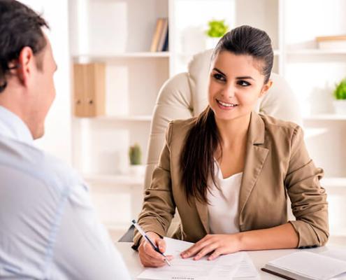 Mitarbeitergespräch: Weibliche Führungskraft spricht mit einem Teammitglied