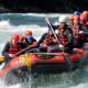 Gruppe (Team) im Schlauchboot beim Rafting.