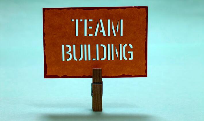 """Ein Team zusammenführen: Zettel mit Aufschrift """"Teambuilding"""""""