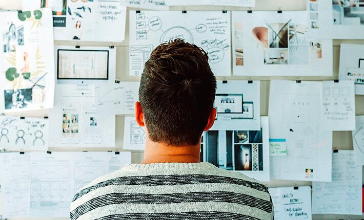 Mitarbeiter vor Whiteboard mit Aufgabenzetteln. StartupStockPhotos (pixabay #3267505)