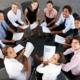 Business Team sitzt zusammen im Stuhlkreis